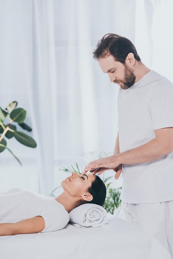 Patient modtager tankefeltterapi